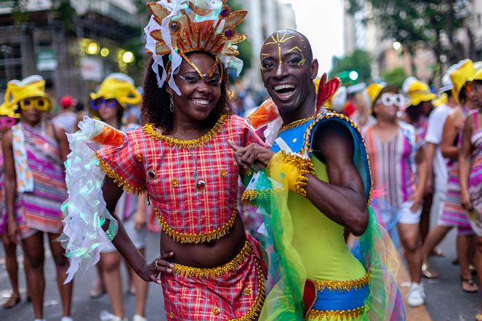 Dos chicos en el carnaval de Rio