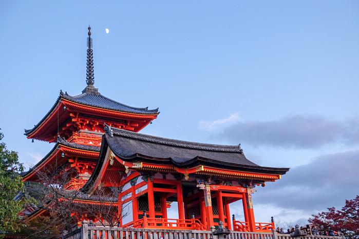 vista de la luna en japón en uno de sus grandes templos